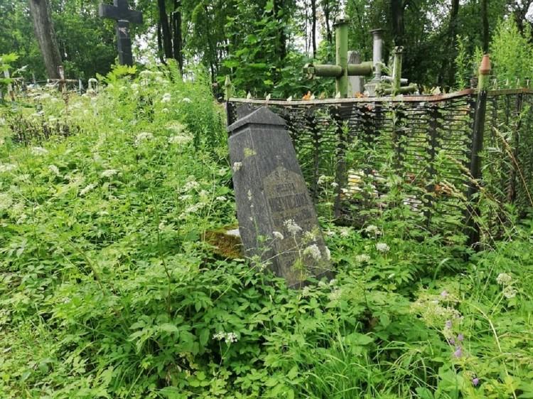 Некоторые надгробья уже разрушаются