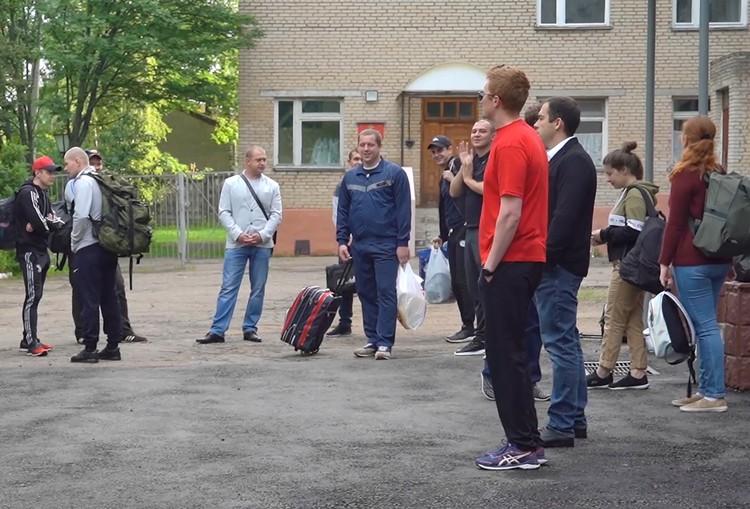 Добровольцы во время выписки из Главного военного клинического госпиталя имени Бурденко. Фото: Минобороны РФ/ТАСС