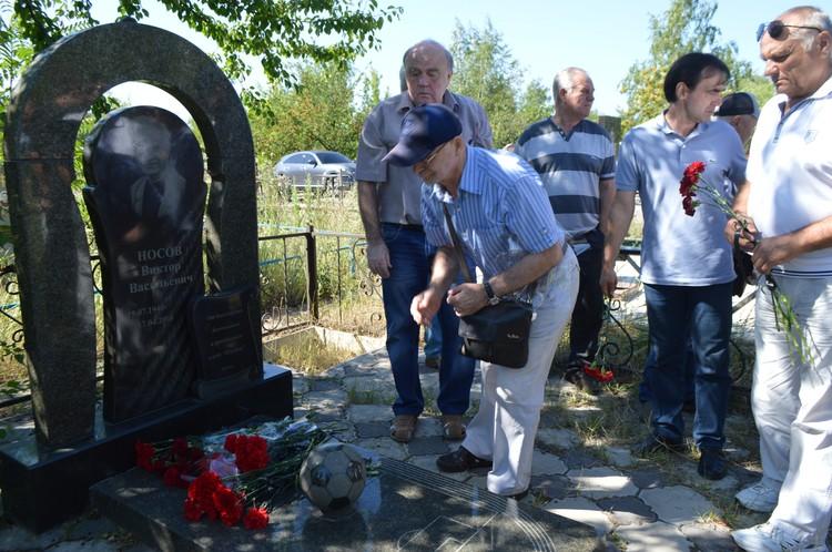 Цветы на могилу Носова возложил и Вячеслав Шарафутдинов