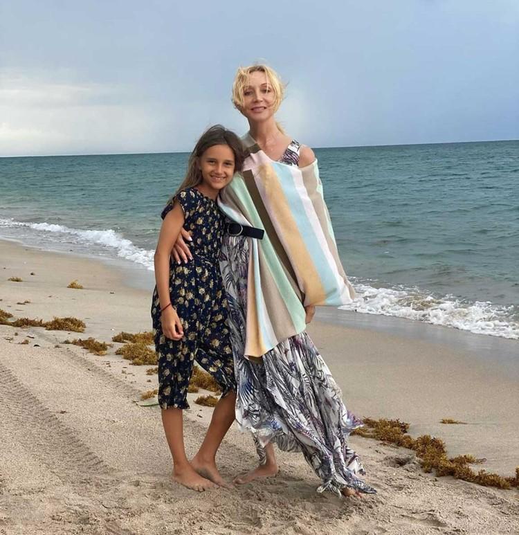 Кристина Орбакайте вместе с мужем Михаилом Земцовым и дочерью Клавдией отдыхает на побережье океана.