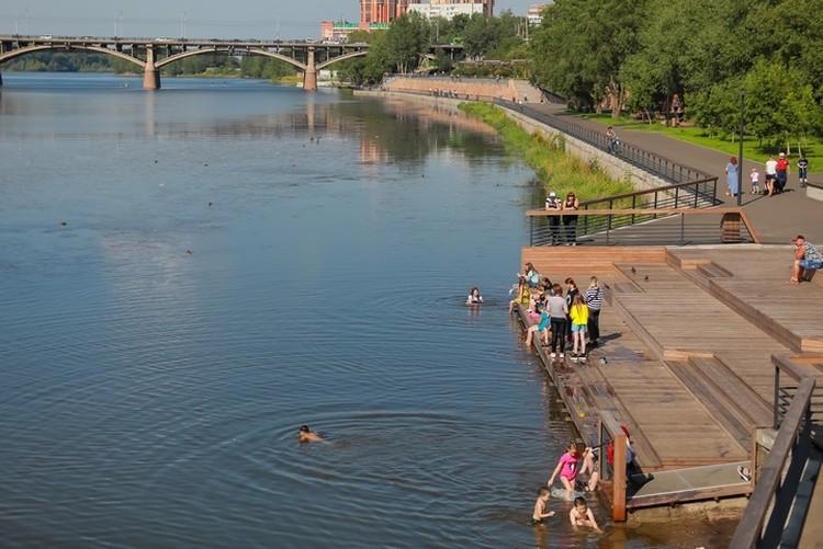А это правобережная набережная Красноярска, дети купаются в протоке, зарастающей илом