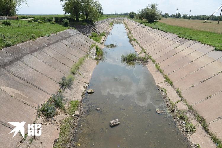 Пересыхающий канал в Крыму.