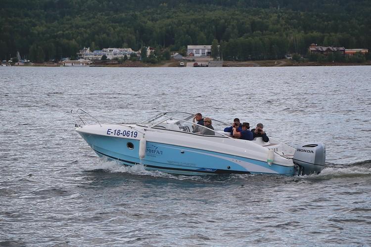 Можно прокатиться по Красноярскому морю на парусе, а можно на катере