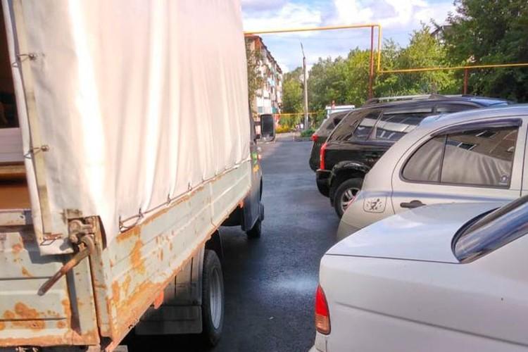 Во дворе едва прошел маленький грузовичек, что уж говорить про пожарную машину. Фото: Анна Камалова