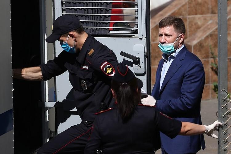 Экс-губернатор Хабаровского края Сергей Фургал покидает здание суда. Фото: Антон Новодережкин/ТАСС