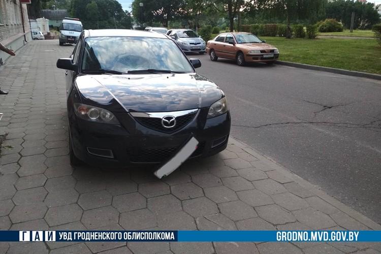 Водитель не справилась с управлением и заехала на тротуар. Фото: ГАИ Гродно.