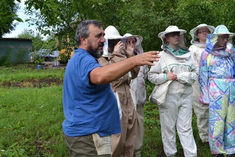 Пчеловод активно развивает агротуризм, гостям экскурсии по пасеке нравятся. Автор фото: АО «Россельхозбанк»