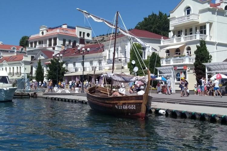 В Балаклаве туристы выстраивались в очередь, чтобы пройтись на нем по морю