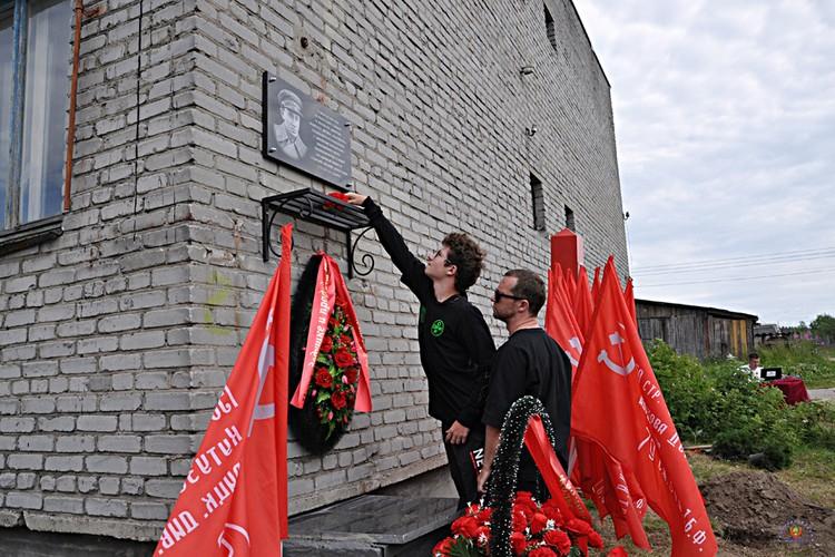 Одними из первых возложили цветы к мемориальной доске внук и правнук Григория Еленского. Фото: Геннадий Корчма
