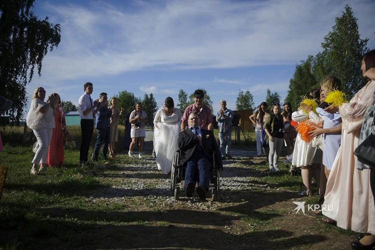 Среди гостей на свадьбе Юли и Олега - друзья молодых и просто все неравнодушные
