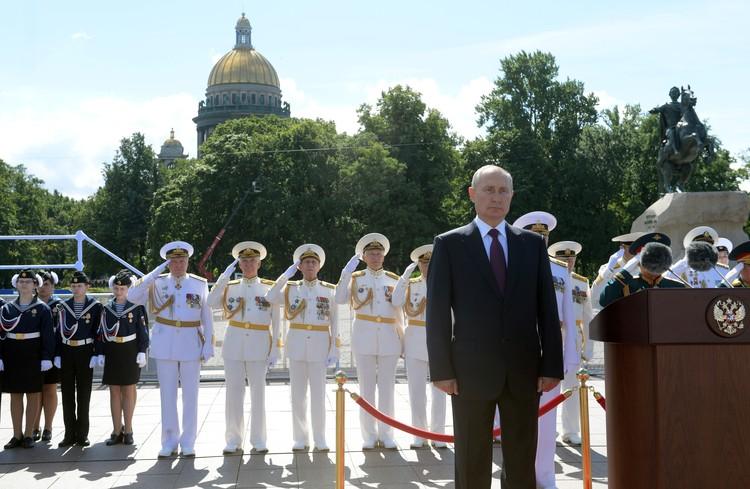 Владимир Путин выступает с речью на Главном военно-морском параде сказал