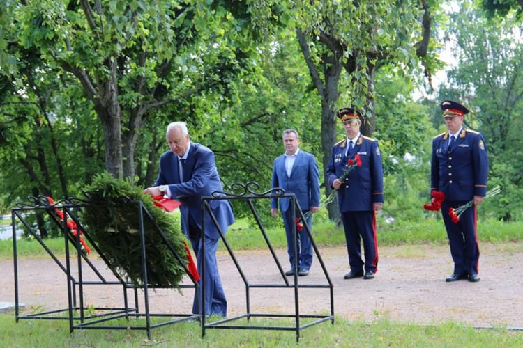 После официальных встреч Бастрыкин возложил цветы к братской могиле советских воинов расположенной в Приморском мемориальном комплексе (Приморский мемориал). Фото: Пресс-служба СК РФ