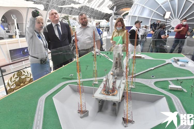 На выставке много наглядных макетов.