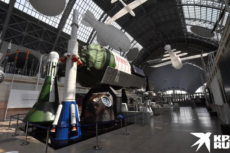 Можно посмотреть видеодокументы с фрагментами важнейших моментов истории космодрома: от палаточного городка до монтаж и установки ракет.