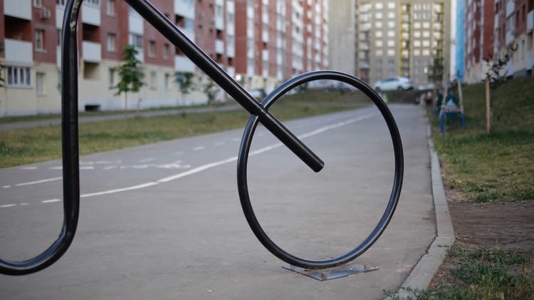 Необычную черная велопарковка рассчитана на пять мест. А совсем скоро в «Новой Самаре» появится еще одна стоянка для двухколесных – золотистая.