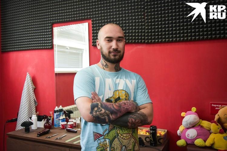 Сибиряк учился на нефтяника, но уже пять лет работает парикмахером.