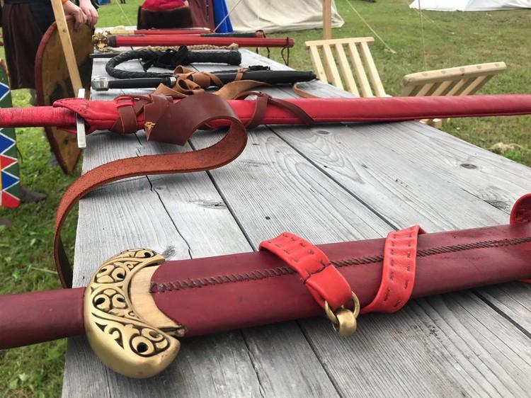 Каждый мог прикоснуться к древнему оружию. Фото предоставлено КМСУ ММО ЛО.