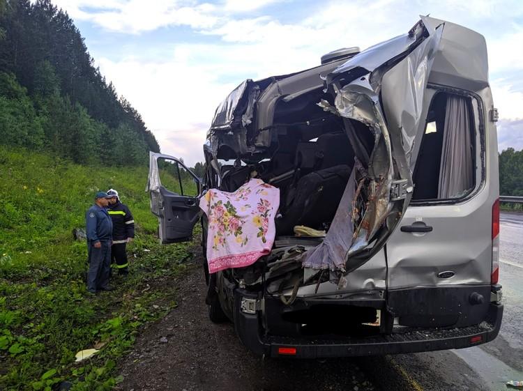 Удар разворотил бок микроавтобуса – две пассажирки скончались на месте, еще шестеро, включая семилетнего ребенка, получили различные травмы, ушибы и переломы.