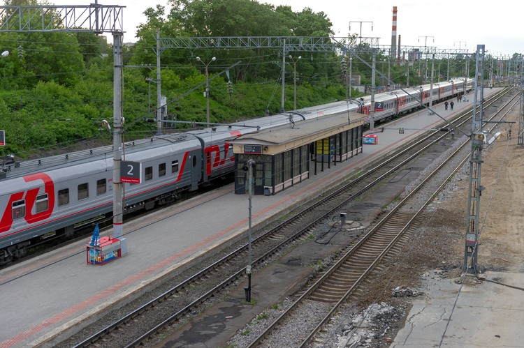 А вот поездами лучше не ездить - в них слишком много народа.