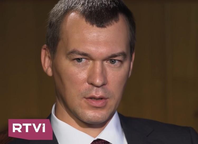 Врио губернатора Хабаровского края Михаил Дегтярев во время интервью. Фото: Youtube/RTVI