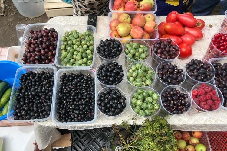 Килограмм малины — 400 руб., смородины — 200.