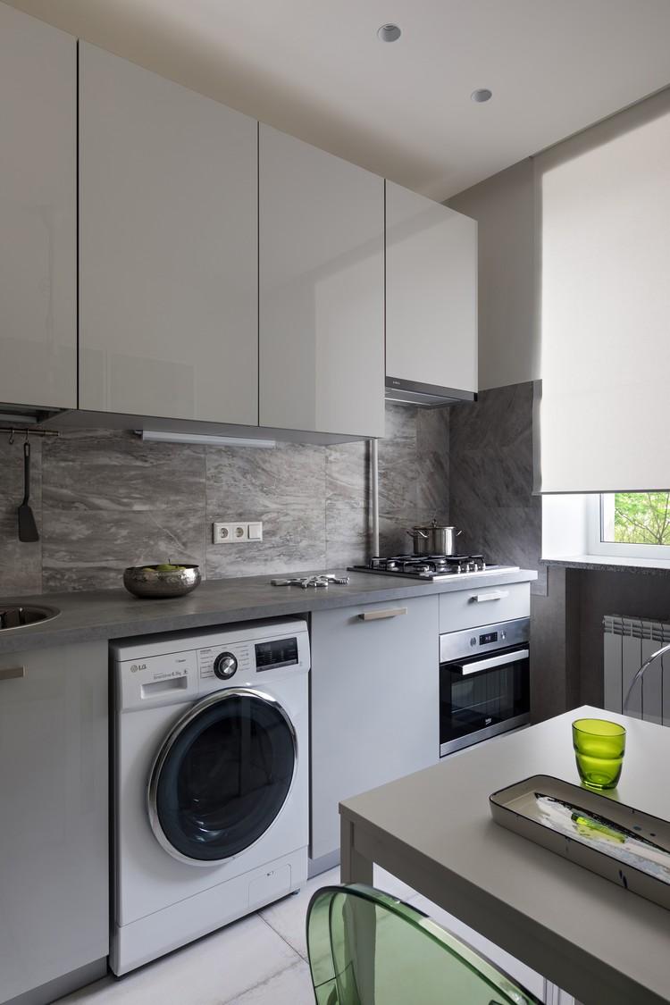 На кухне разместилась встроенная духовка и компактная посудомоечная машина под мойкой. Фото: Егор ПЯСКОВСКИЙ