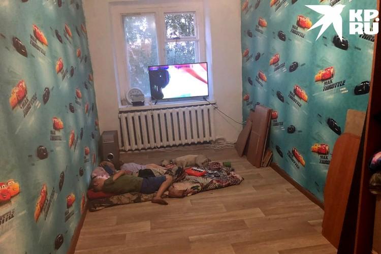 В квартире почти нет мебели. Фото: Анна ТАЖЕЕВА.