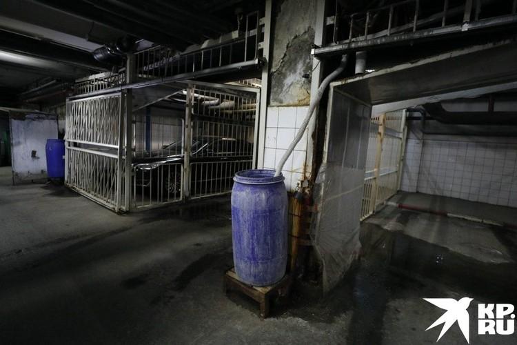 Машины вице-премьеров стоят в отдельных клетках. Фото: Алексей ИВАНОВ