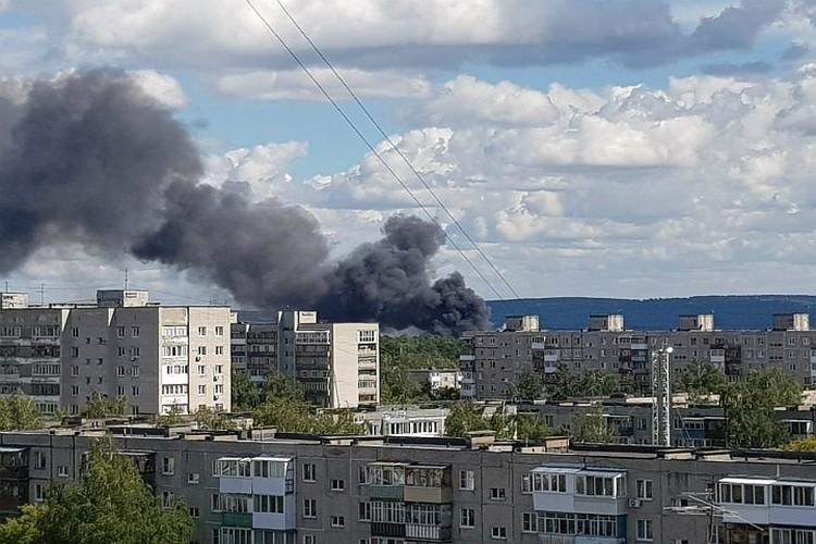 Столб дыма видно из разных частей Дзержинска.