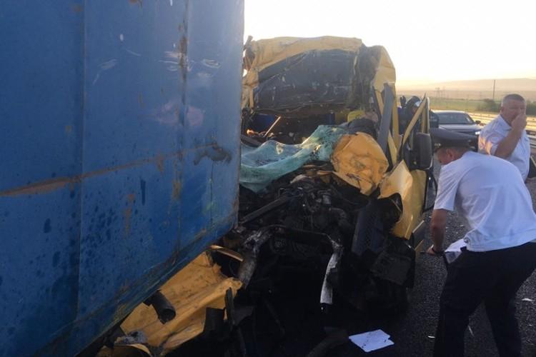 Мироавтобус въехал под груженный прицеп КаМАЗа. Фото: главк МЧС