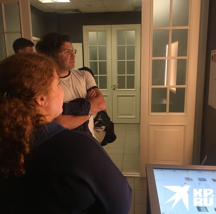 Николай отказался от вип-просмотра и осматривал выставку вместе с другими посетителями, не отказав никому в автографе и перемолвившись с поклонниками парой слов.