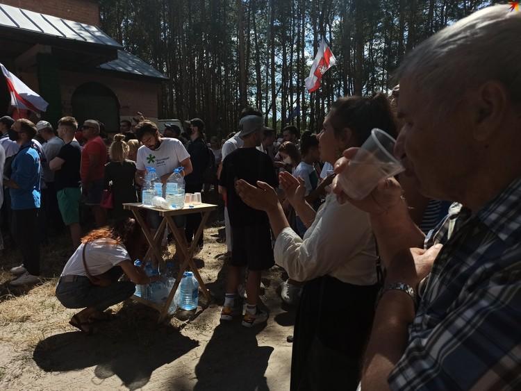 Волонтеры бесплатно раздавали воду.