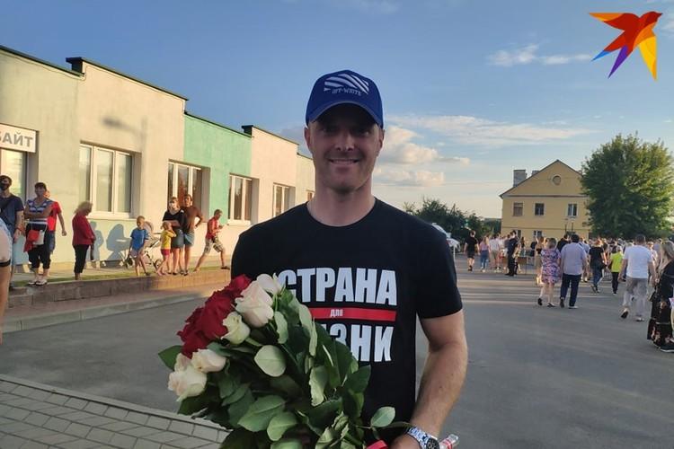 Молодой человек купил Светлане Тихановской шикарный букет цветов.