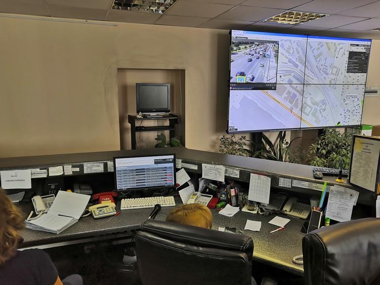 В оперативном отделе могут подключаться к городским камерам и оценивать обстановку на мечте происшествия.