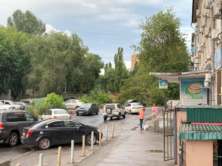 На Чернореченской дерево упало на дорогу