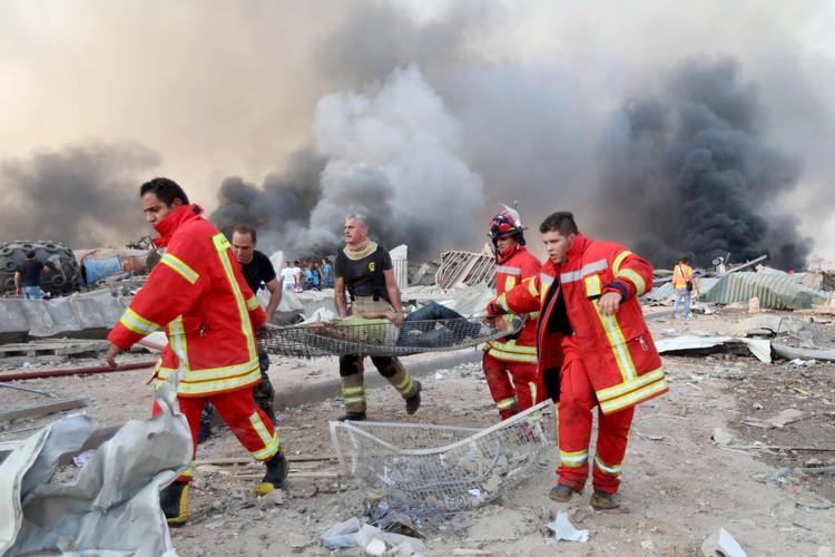 Пострадавшим помогают спасатели экстренных служб.