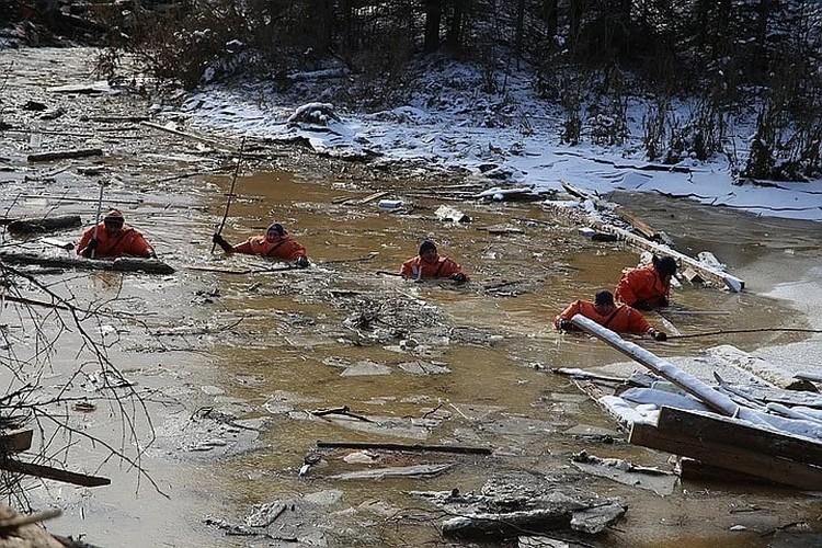Спасатели работали по горло в воде Фото: Диана ИВАНОВА