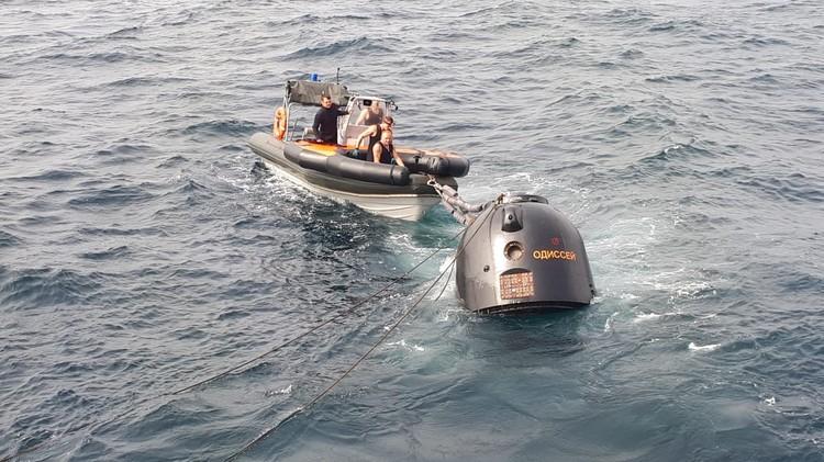 По сценарию учения спускаемый аппарат космического корабля совершил посадку на водную поверхность в открытом море. Фото: Минобороны РФ