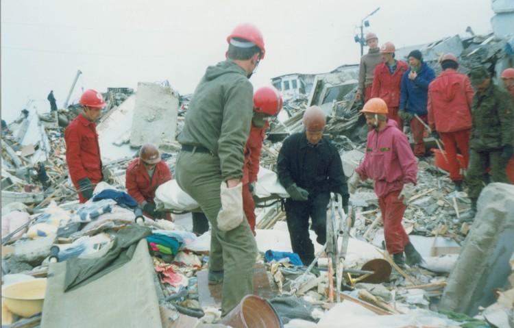 Спасатели разбирают завалы. Нефтегорск. Фото: архив СРПСО.