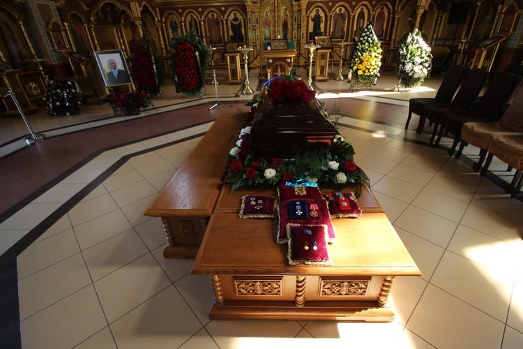 Гроб оставался закрытым на протяжение всей церемонии.