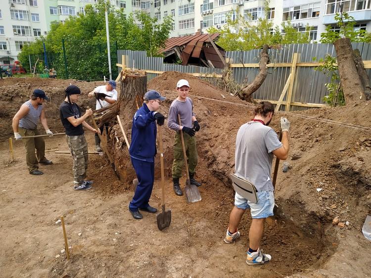 Землю копают студенты ПГНИУ и волонтеры.