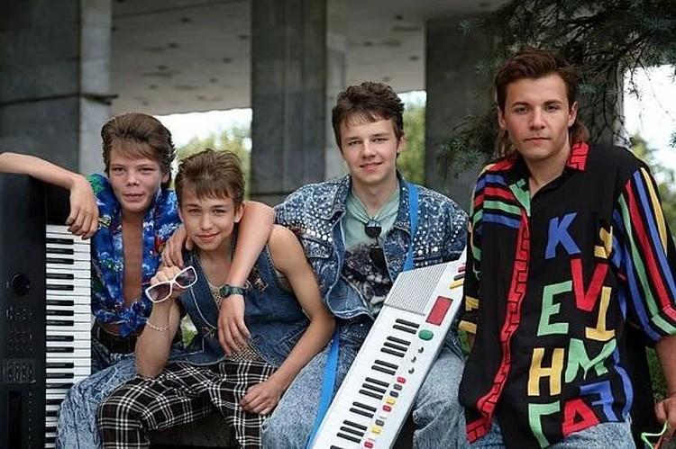 В 17 лет Романович сыграл Юру Шатунова в одном из составов культовой советской группы