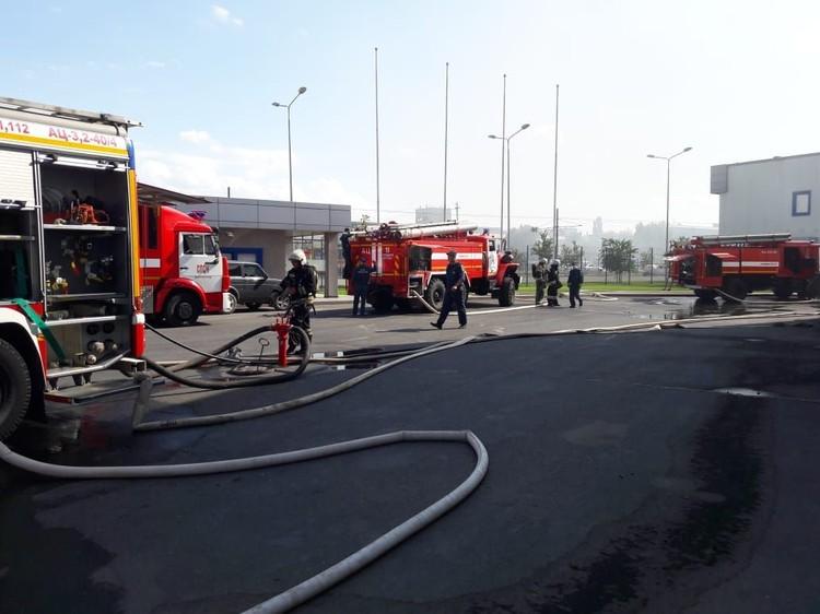 Спасатели тушат крупный пожар на заводе.