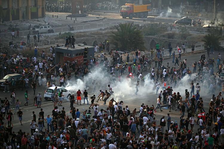 Массовая акция протеста, начавшаяся в Бейруте у здания парламента, переросла в беспорядки
