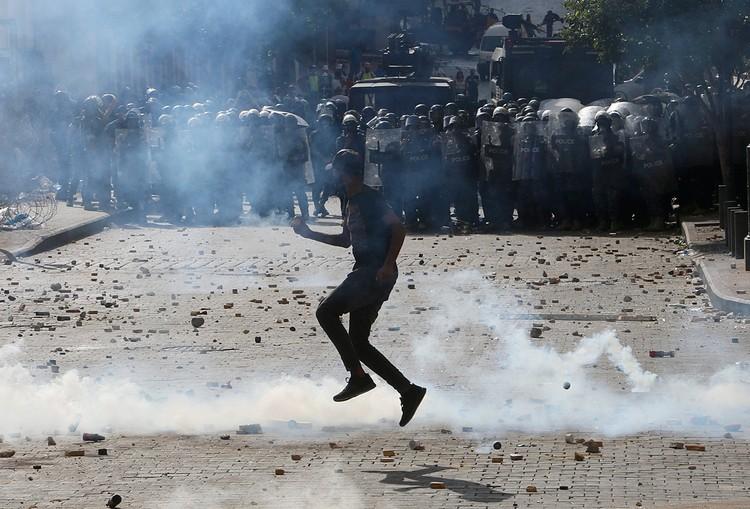 Протестующие пытались штурмовать здание национального парламента