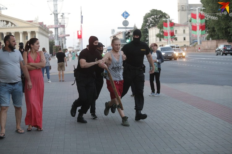 Сотрудники ОМОН увели в микроавтобус несколько человек с велосипедами, скейтбордиста