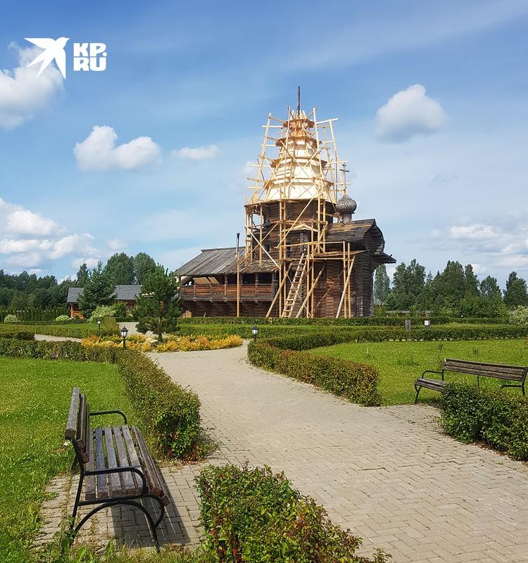 Здесь, где берет начало Днепр, десять лет назад появился деревянный Свято-Владимирский монастырь. Почему Владимирский? А кто крестил Русь? Правильно, князь Владимир. Территория открыта для посещения