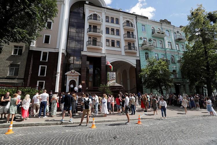 Сотни белорусов пришли в диппредставительство своей страны в Киеве.