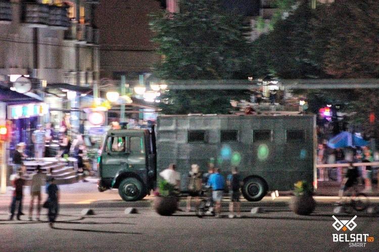 Между тем, в других городах Белоруссии происходят жесткие задержания и даже стрельба резиновыми пулями. Фото: Белсат