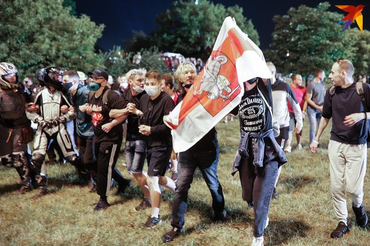 У некоторых протестующих были с собой бело-красно-белые флаги, они кричали «Уходи», «Позор», «Ганьба».